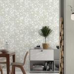 Wohnraum mit Tapete in grau mit Blattmotiv