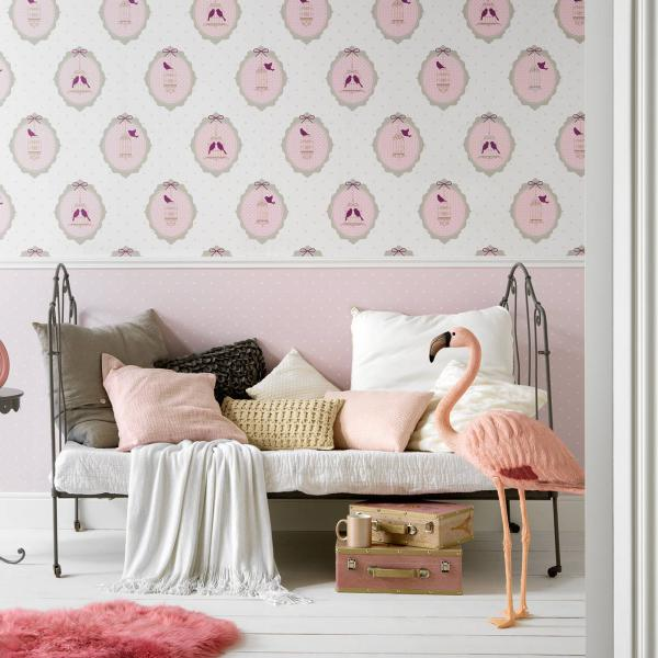 Mädchenzimmer mit romantischer Tapete in rosa