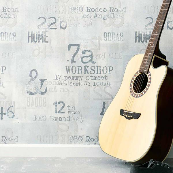 Modernes Tapetenmuster mit Zahlen und Schriften in hellem Grau, Deko Gitarre