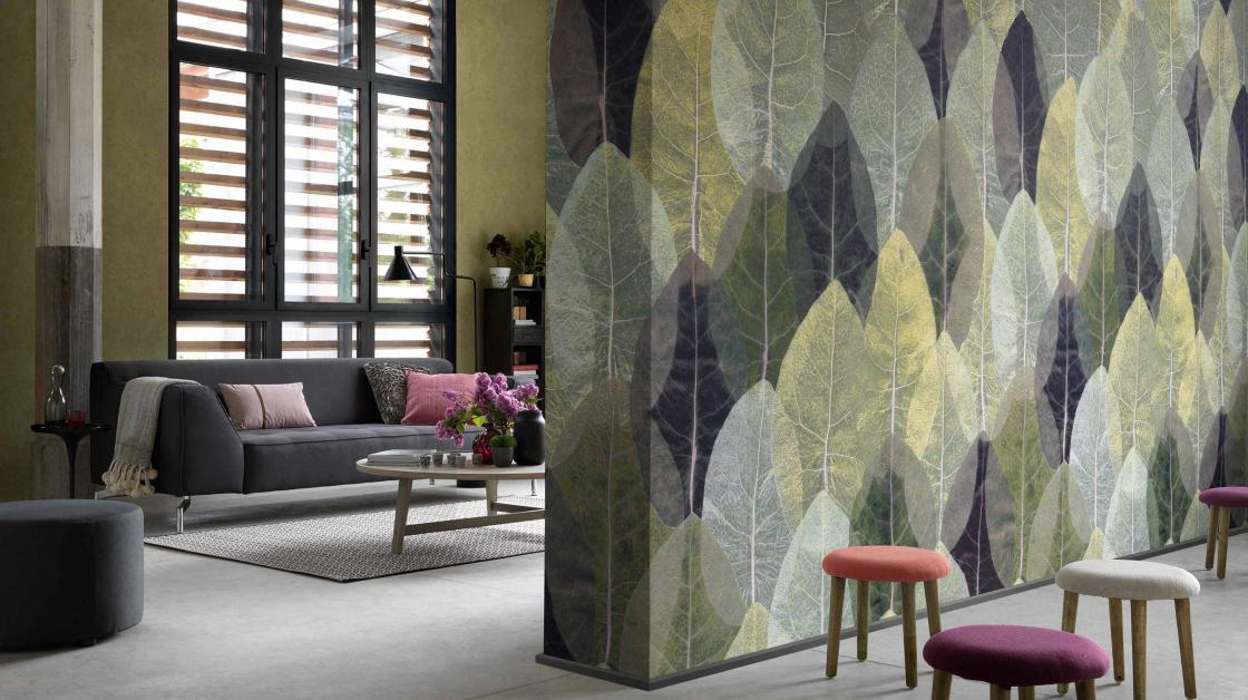 Wohnzimmer Wandgestaltung mit Fototapete, große Blätter in Grün, Violett und Beige