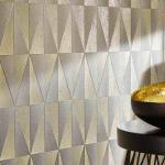 Moderne Grafiktapete mit Dreiecken in Metallik-Effekt