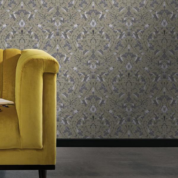 Moderne Barocktapete mit einem gelben Sofa