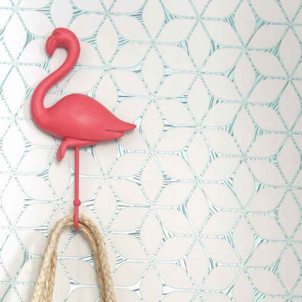 Wandgestaltung mit Vliestapete, graphisches Muster mit weiß-türkisem Kontrast, Flamingo als Wandhaken
