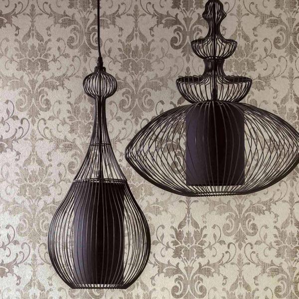Schwarze orientalische Hängelampen vor Tapete mit modernem Ornament in Grau
