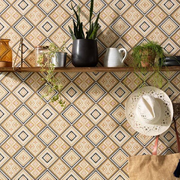 Moderne Wandgestaltung mit Vliestapete im grafischen Ethno-Look in warmen Gelbtönen