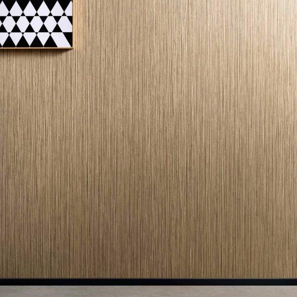 schwarzer modernen Sessel vor Wand mit Tapete in Kaffeebraun, modernes Wandbild