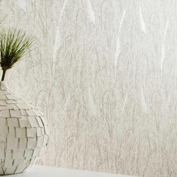 Weiße Kugelvase vor Tapete mit elegantem Grasmotiv in Weiß
