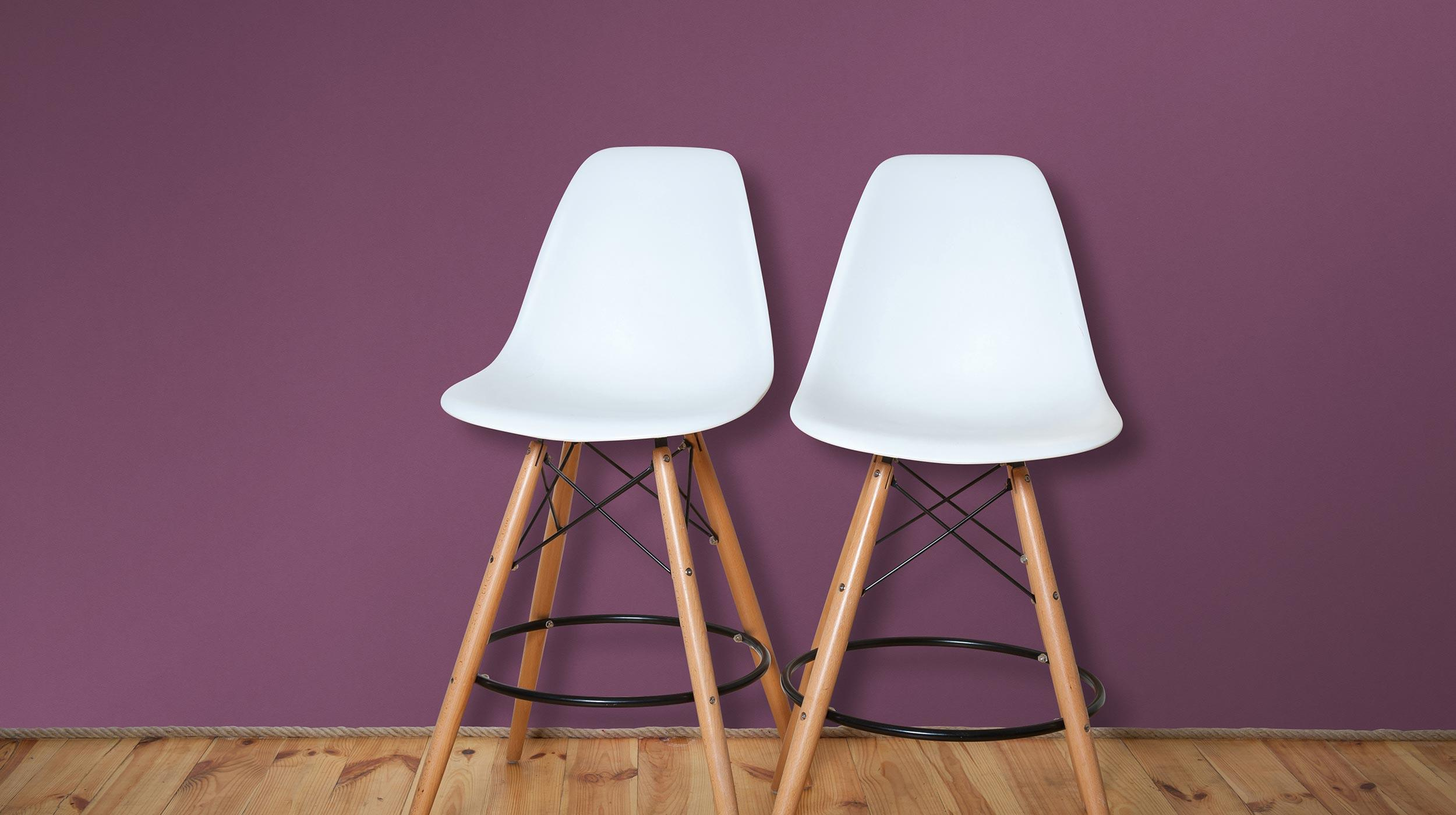 Vliestapete Unistruktur in dunklem Violett Kollektion Colour Stories, Barhocker, Holzboden