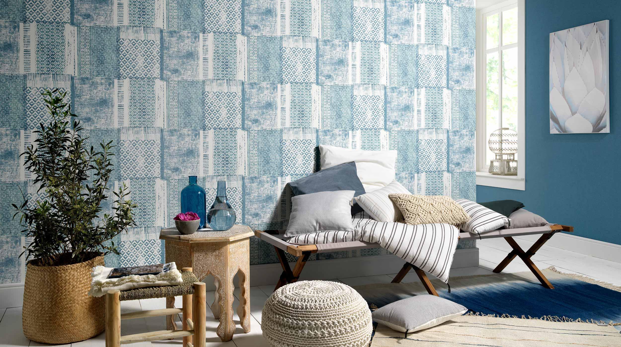 Moderner Wohnraum mit Tapetenmuster im Ethno-Look aus der Kollektion Acquabella in Meeresblau