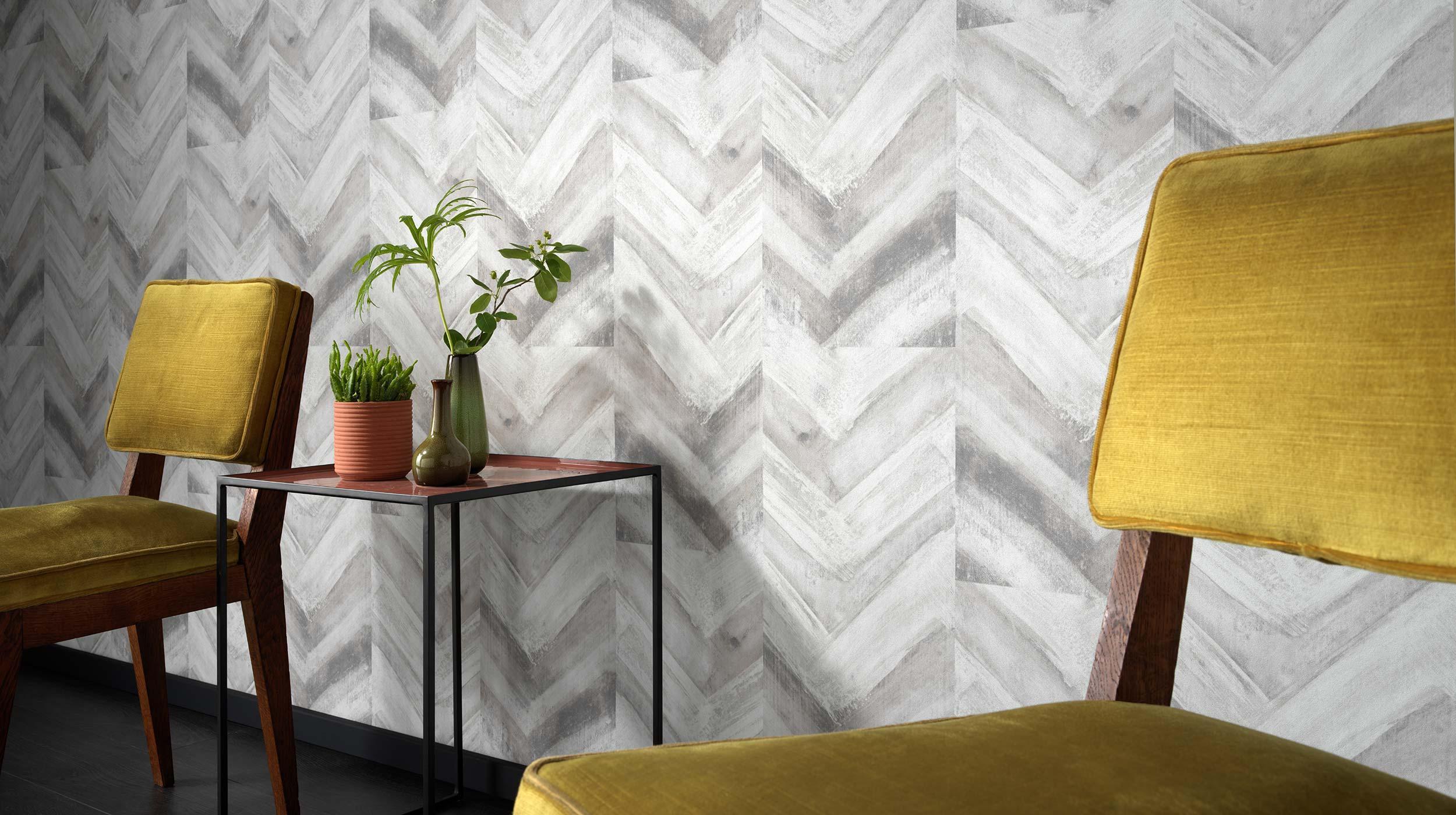 Moderner Wohnraum mit Tapete in Holzoptik in Silbergrau