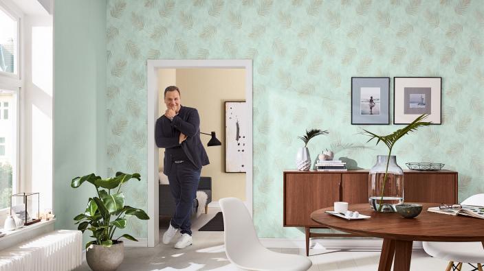Elegantes Wohnzimer mit Designertapeten von Guido Maria Kretschmer, Mintgrüne Farnblätter