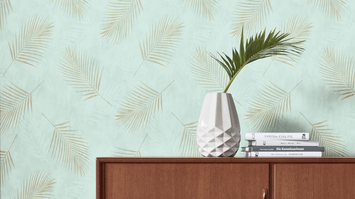 Designertapete von Guido Maria Kretschmer, zarte Palmenblätter in Mintgrün und Gold