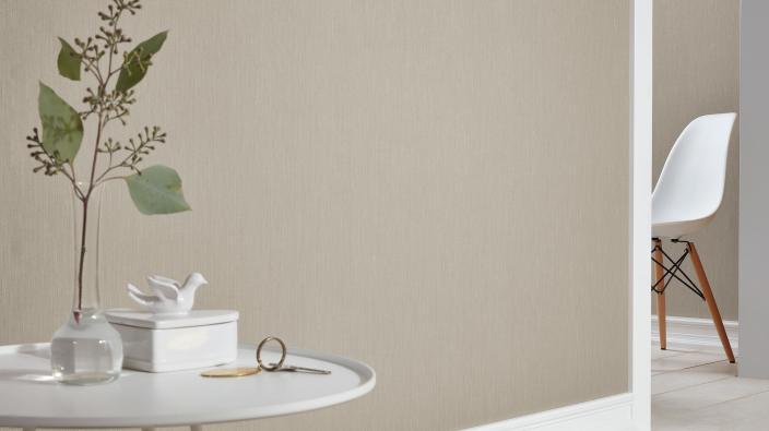 Elegante Designertapete in hellem Taupe von Guido Maria Kretschmer