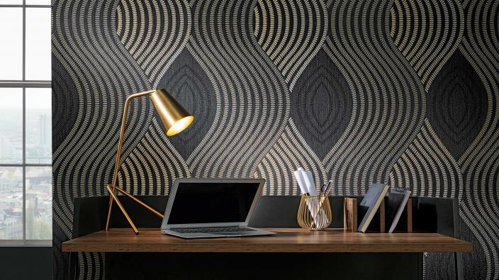 Designertapete von Guido Maria Kretschmer, Wellenmotiv in schwarz und Gold, moderner Schreibtisch