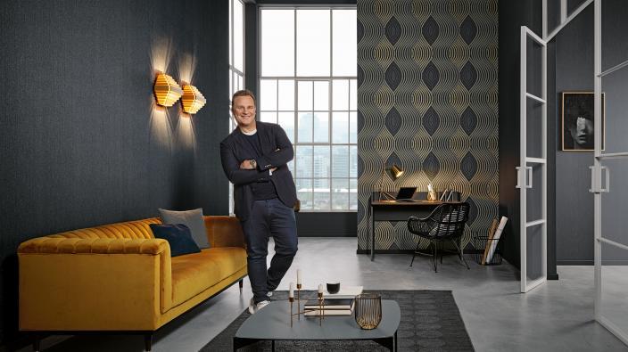 Designertapeten von Guido Maria Kretschmer, modernes elegantes Wohnzimmer mit dunklen Wänden