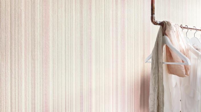 Vliestapete von Guido Maria Kretschmer in Soft Pastell Rose mit zarten Streifen