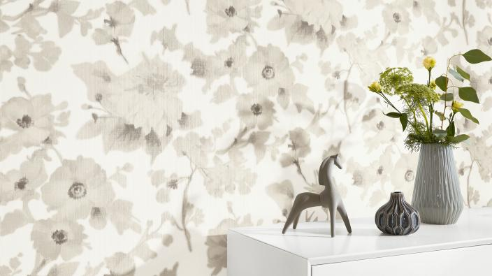 Designertapete von Guido Maria Kretschmer, romantisches Blumenmuster in zarten hellen Beigetönen