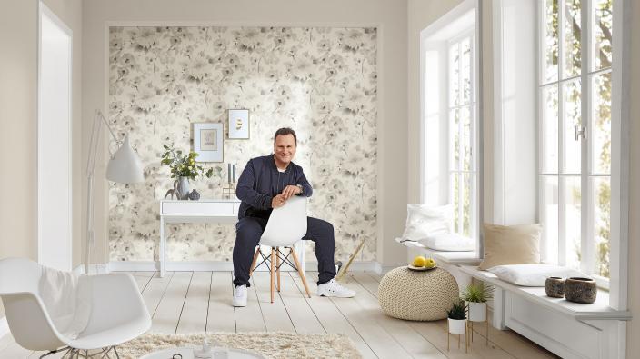 Moderner heller Wohnraum mit romantischer Designertapete von Guido Maria Kretschmer