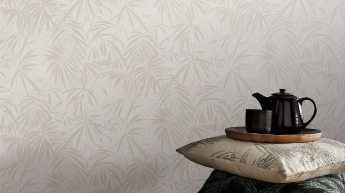Vliestapete mit Bambusmuster in hellem Beige, Kissen, Teekanne