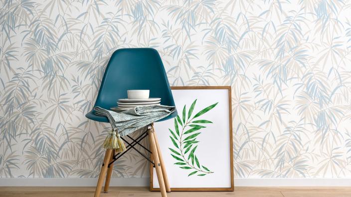 Vliestapete im Bambus Design in zarten Pastelltönen, Stuhl in türkis, Deko