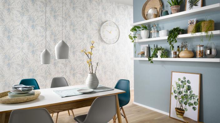 Moderne Wohnküche mit Vliestapete im Bambus Design in zartem Bleu, Holztisch, Wandregale mit Küchendeko