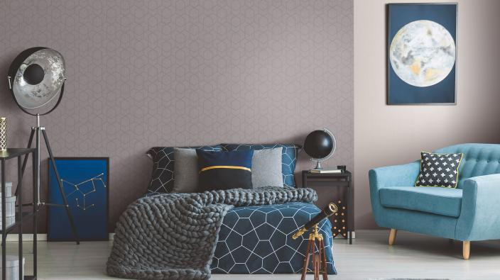Schlafzimmer in Blau und Greige, Vliestapete mit modernem grafischen Design, Bett und Sessel in Blau