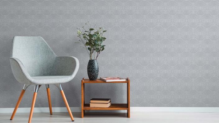 Vliestapete mit Kreismotiv im Vintage Stil in Silbergrau, Sessel, Beistelltisch aus Holz, Blumendeko