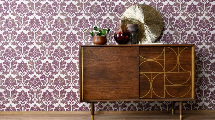Moderne Barocktapete in Violett und Gold, Sideboard in dunklem Holz, Deko