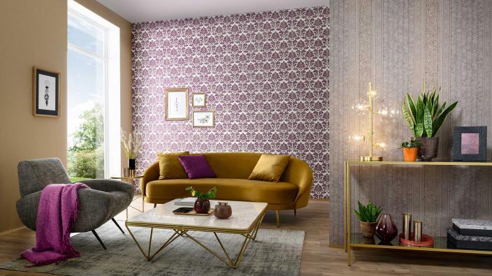 Modernes elegantes Wohnzimmer in Curry und Violett, Vliestapeten mit modernem Barockmotiv, Couch in Senfgelb, Deko