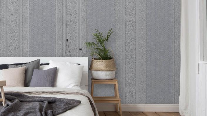 Schlafzimmer mit Vintage Vliestapete in Perlgrau mit Streifeneffekt, Pflanzenkorb