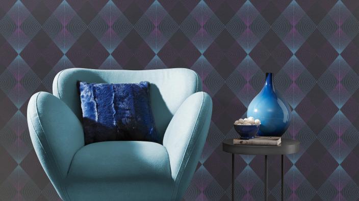 Vliestapete mit grafischem Rautenmuster in dunklem Blau und violett, blauer Sessel