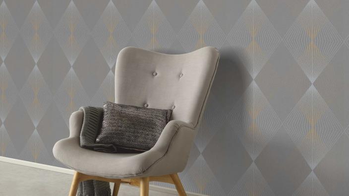 Vliestapete mit Rautenmuster in ruhigen Grau- und Beigetönen, moderner Sessel in Greige