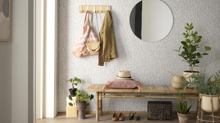 graue Vliestapete in Baumrindenoptik, Garderobe im Boho-Stil