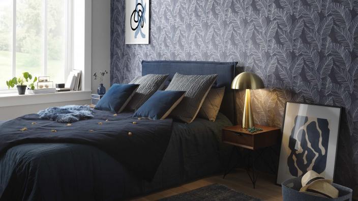 blaue Vliestapete mit Blattmotiv, elegantes Schlafzimmer in Blautönen