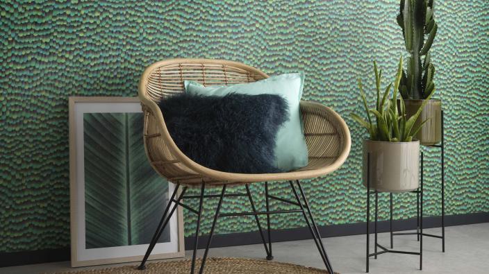 Vliestapete mit grünem Federmotiv, gemütlicher Sessel
