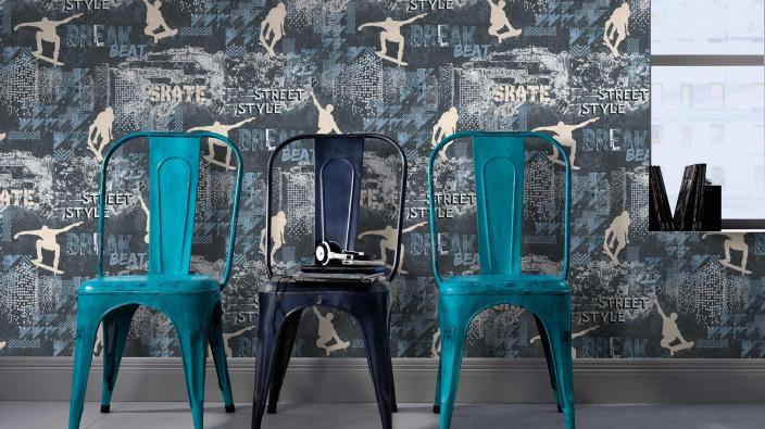 Coole Vliestapete mit Skatern und Skyline in dunklem Anthrazit, Retro Stühle in Türkis