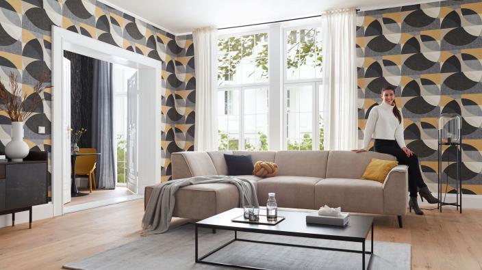 Wohnzimmer mit Kreistapete, großes Sofa, ELLE Design