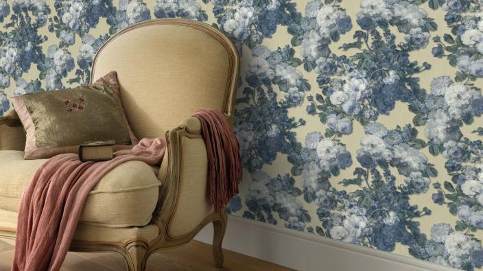 Tapete mit Floralem Blumenmuster und Rustikalen Sessel