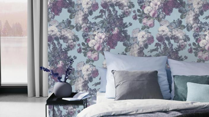 Blumentapete im Schlafzimmer, großes Bett