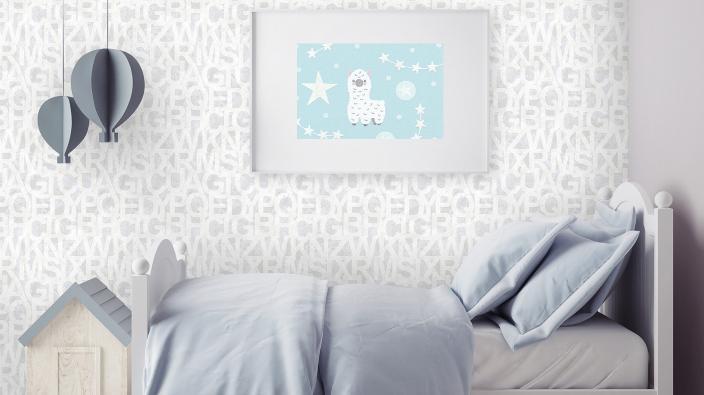 Kinderzimmer mit Kinderbett in bleu, Vliestapete mit Buchstabenmuster in hellem Grau