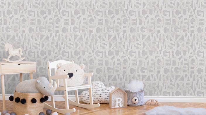 Kinderzimmer mit Vliestapete in Taupe, Buchstabenmuster, Holzspielzeug