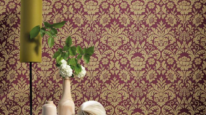 Barocktapete in dunkelrot und beige, Tischlampe und Holzdeko auf sideboard