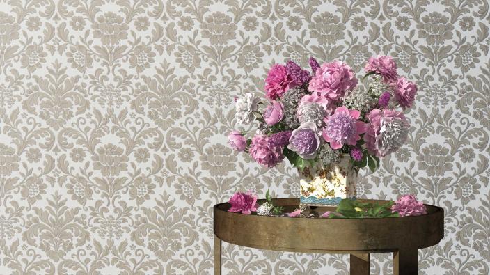 elegante barocktapete in Perlgrau, Beistelltisch in Messing, Blumenvase mit üppigem violetten Blumenstrauß