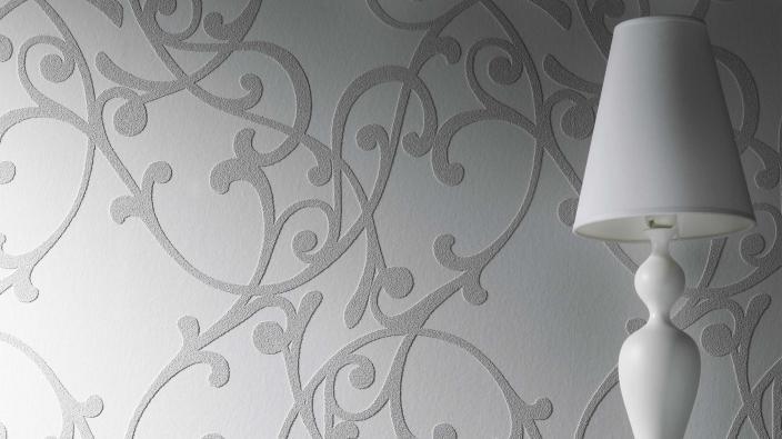 Überstreichbare Tapete in hellem grau mit floralen Schleifen