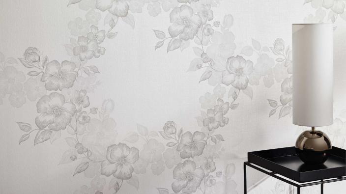 Romantische Vliestapete in weiß mit Blütenmuster, Beistelltisch, weiße Lampe