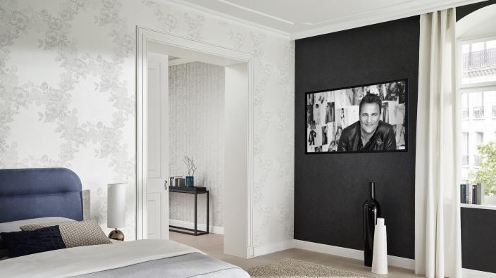 Schlafzimmer mit Vliestapeten aus der Kollektion Deluxe by Guido Maria Kretschmer