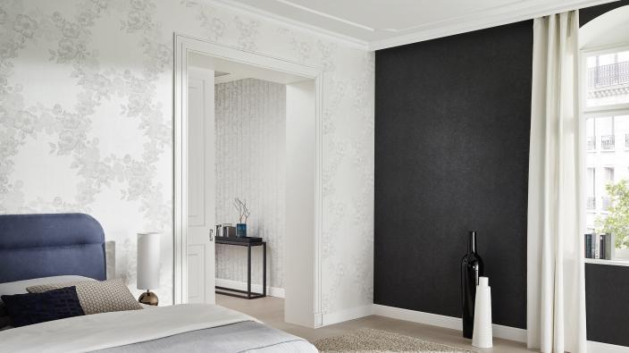 Romantische Vliestapete von Guido Maria Kretschmer. Elegante Schlafzimmer in schwarz-weiß.