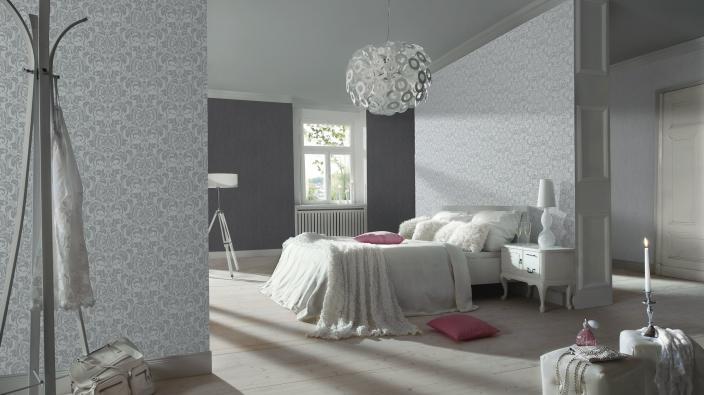 Vliestapete mit echten Glasperlen. Modernes Ornament in Silbergrau, Schlafzimmer in hellem freunlichem Ambiente