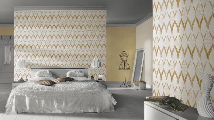 Edle Vliestapete in Gold-weiß mit echten Glasperlen. Helles freundliches modernes Schlafzimmer.