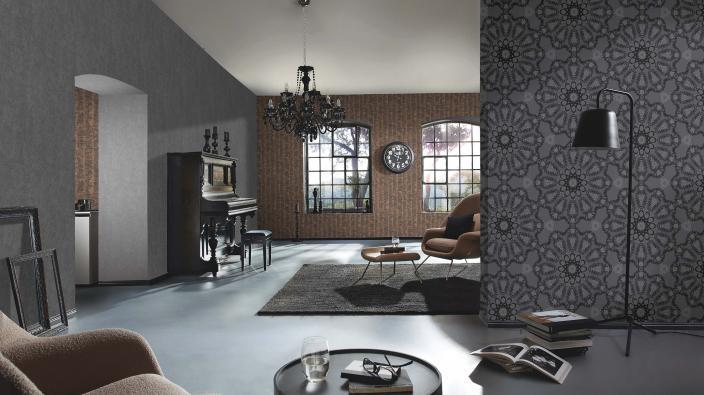 Stylisches Wohnzimmer mit schwarzen und braunen Vliestapeten. Echte Glasperlenapplikationen.
